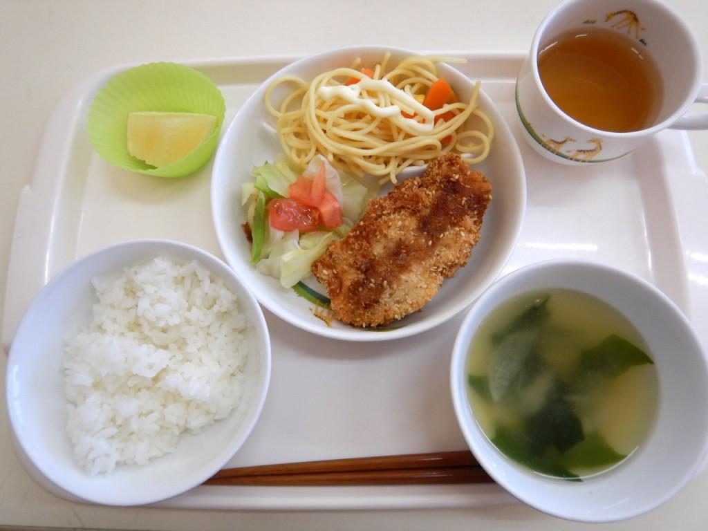 幼児食(ご飯・味噌汁・胡麻ささみフライ・トマトサラダ・サラスパ・グレープフルーツ・お茶)
