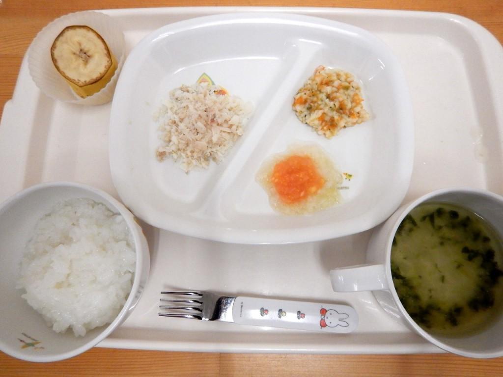 後期食(おかゆ・味噌汁・魚・マカロニと野菜煮・キャベツ煮のトマトペーストがけ・バナナ)