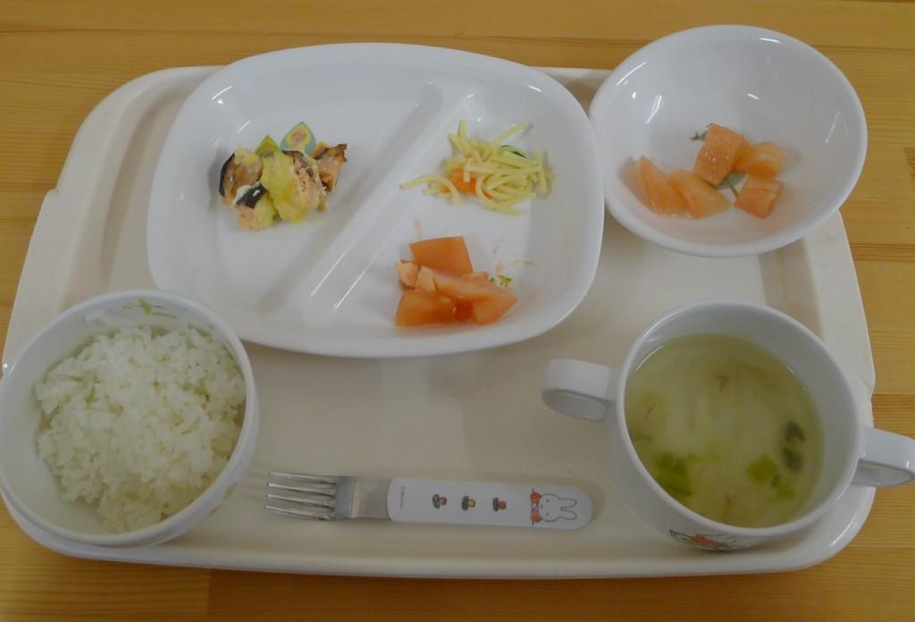 完了食(ご飯・鮭のチーズ焼き・トマト・サラスパ・スープ・ピンクグレープフルーツ)